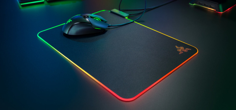 Razer anuncia la alfombrilla Firefly v2 con superficie mejorada e iluminación ARGB