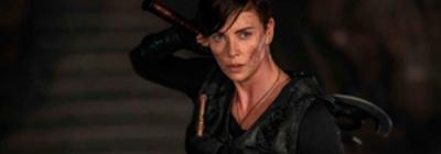 Crítica: <em>La vieja guardia</em>, Charlize Theron salva (por los pelos) una mala película de acción
