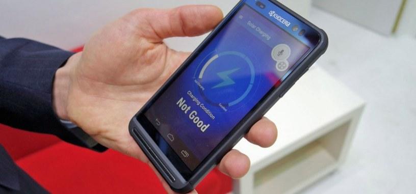 Kyocera muestra su teléfono con pantalla solar para recargarlo en cualquier parte