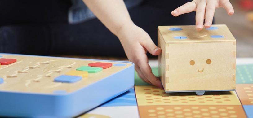 Un robot de madera enseña a los niños los principios de la programación