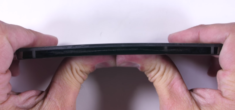 Ponen a prueba la resistencia del titanio y cerámica del teléfono de Essential