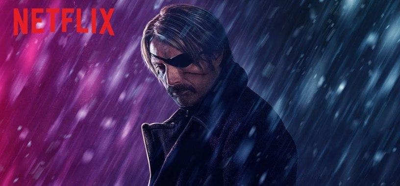 Mads Mikkelsen es un asesino a la fuga en el tráiler de 'Polar' de Netflix